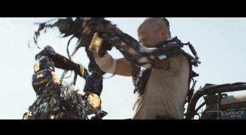 Elysium-Matt-Damon-Ripping-a-Robots-Head-Off