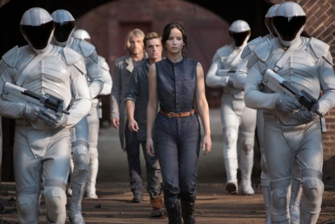 Hunger-Games-Catching-Fire-jennifer-Lawrence-with-military-escort
